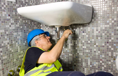 Plumber raparing a tap in an emergency.